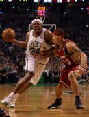 图文:[NBA]凯尔特人VS骑士 皮尔斯突破