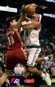 图文:[NBA]凯尔特人VS骑士 皮尔斯遭遇犯规