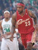 图文:[NBA]凯尔特人VS骑士 詹姆斯庆祝