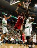 图文:[NBA]凯尔特人VS骑士 詹姆斯扣篮