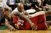 图文:[NBA]凯尔特人VS骑士 詹姆斯拼抢
