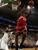 图文:[NBA]凯尔特人VS骑士 詹姆斯遭遇加内特