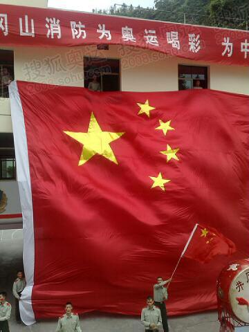 井冈山消防队挂出巨幅国旗热