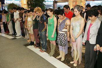 """昨天的""""时空之旅""""演出开场前,演员和观众集体默哀一分钟,悼念在地震中罹难的同胞(高剑平图)"""