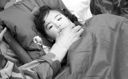 5月14日,救援人员在喂小欣宜喝牛奶