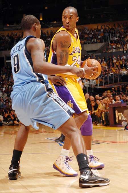 图文:[NBA]爵士VS湖人 科比单打