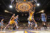 图文:[NBA]爵士VS湖人 众人拼抢