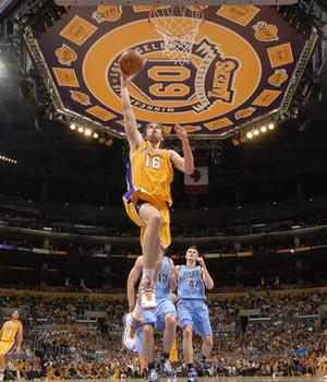 图文:[NBA]爵士VS湖人 加索尔孤胆英雄