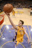 图文:[NBA]爵士VS湖人 加索尔轻松得分