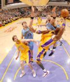 图文:[NBA]爵士VS湖人 奥多姆上篮