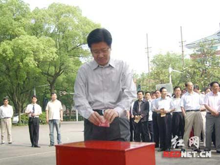 省委书记、省人大常委会主任张春贤为灾区捐款