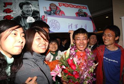 来自清华大学的珠峰火炬手严冬冬在机场见到阔别已久的同学