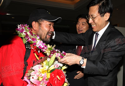火炬登山传递队队长、火炬手王勇峰在机场受到英雄般的欢迎