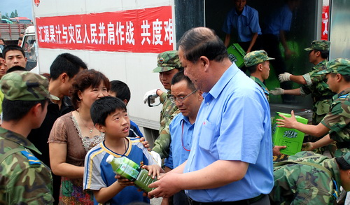 常务副总裁赵金林现场为灾民发放饮料