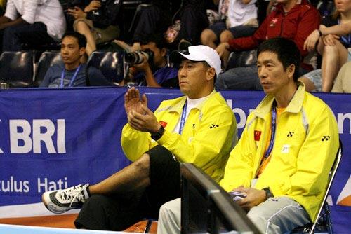 图文:教练李永波场边观战 为谢杏芳鼓掌叫好