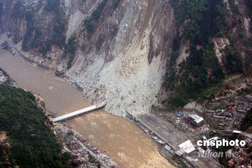 图:汶川县中断的公路桥梁仍未修复