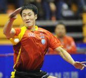 图文:半决赛男乒3-0新加坡 王励勤大力回球