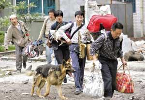 一些幸存的北川人往安全地带转移。