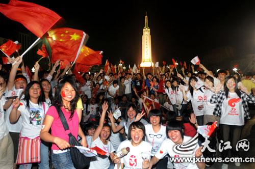 众多高校学子聚集八一广场迎接圣火到来 (大江网记者 喻云亮 摄)