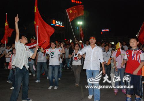 聚集在八一广场的市民和青年学子挥舞着国旗