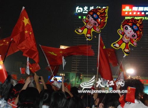 五星红旗和福娃飘扬在南昌的夜空