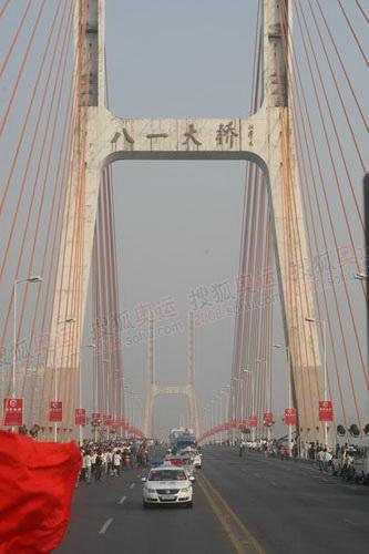 火炬车队经过八一大桥
