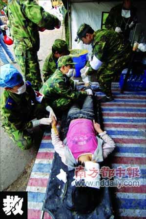 昨日上午,医护人员对刚刚从废墟中抢救出来的北川中学学生进行急救。新华社记者赵颖全摄