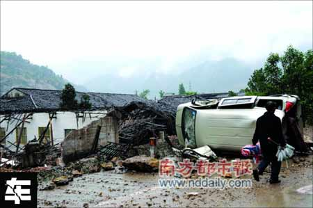 北川县沿途不时遇到翻倒的汽车