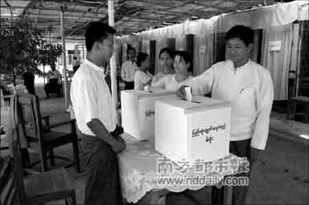 5月10日,缅甸民众在曼德勒参加新宪法草案全民公决投票