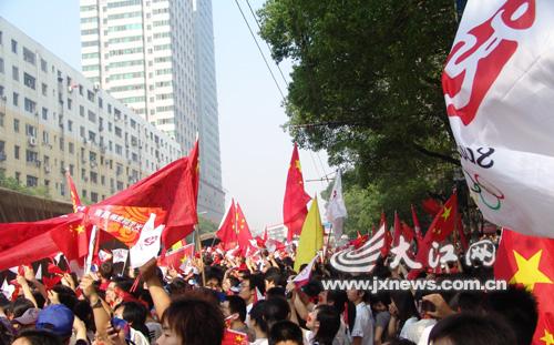 """在阳明路上,挥舞的国旗和""""中国加油""""的喊声释放出南昌人的奥运激情"""