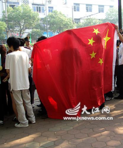 人群中一面巨大的国旗