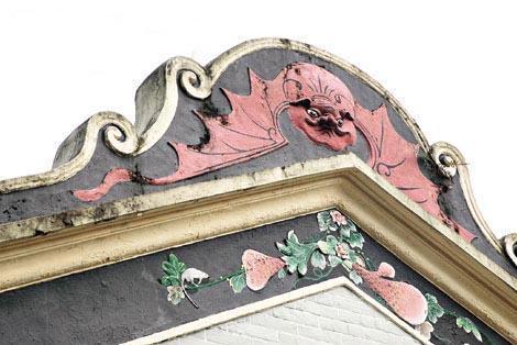 门楼屋脊及两旁分别有蝙蝠、牡丹及喜鹊等泥塑,寓意吉祥。