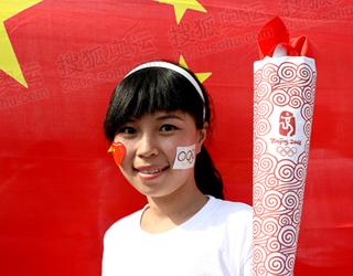 市民手持自做纸制火炬在国旗