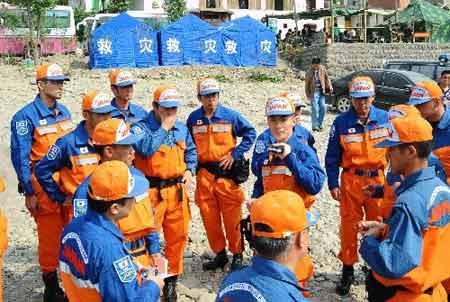 首批31名日本专业救援人员抵达距成都近400公里的青川县关庄镇。