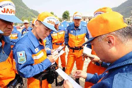 """日本救援人员表示:""""只要有一线希望,我们就会努力到最后一刻。"""""""