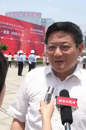 南昌市市长胡宪接受记者采访