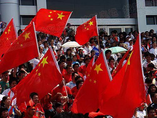 秋水广场旁边的经济展览中心的台阶上,一片红旗的海洋,人们高声呼喊中古加油