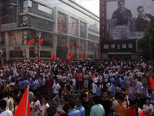 南昌现场图片\南昌街头欢迎圣火到来的市民