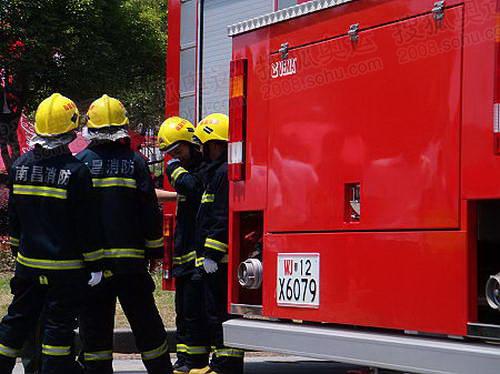 庆典现场30多度,非常热,但是南昌市为保证安全,派出两辆高级消防车,消防员们身穿厚厚的消防衣等在车旁