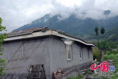 2008年5月14日,四川白水河保护区大坪保护站开裂的房屋,四川国家级白水河保护区为大熊猫栖息地。 罗小韵/摄影