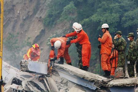 救援人员在切割