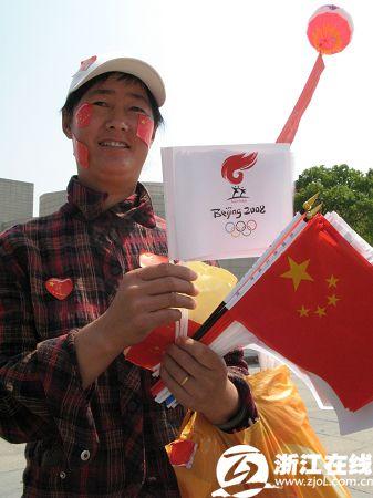 贩卖小国旗和奥运会会徽旗帜的小贩