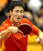 图文:中国赛男单第一轮战况 王励勤反手回球