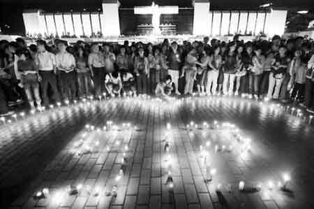福州市民点燃蜡烛为灾区人民祈福