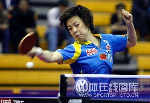 图文:中国赛女单第一轮战况 张怡宁侧身救球