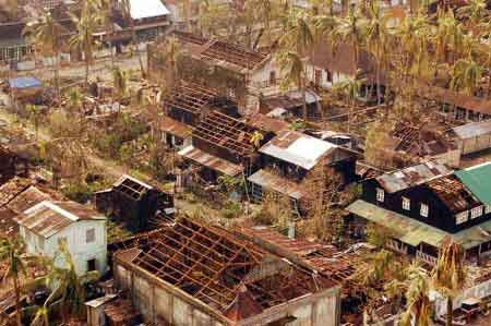 这张缅通社5月7日提供的照片显示了受灾最严重的伊洛瓦底省一村镇的灾后景象。目前,世界各国正在向缅甸灾区提供紧急援助。新华社/缅通社