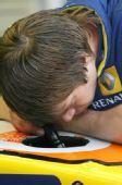 图文:保罗里卡多试车第三日 雷诺技师检查赛车