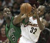 图文:[NBA]骑士战凯尔特人 加内特积极防守