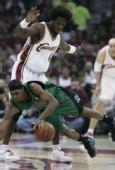 图文:[NBA]骑士战凯尔特人 华莱士积极防守