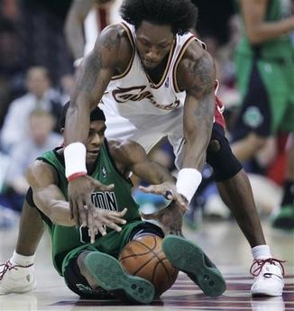 图文:[NBA]骑士战凯尔特人 大本积极争抢